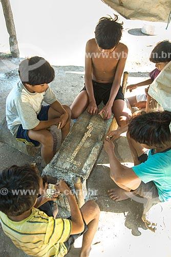 Meninos indígenas jogando dominó na aldeia Aiha da tribo Kalapalo - ACRÉSCIMO DE 100% SOBRE O VALOR DE TABELA  - Querência - Mato Grosso (MT) - Brasil