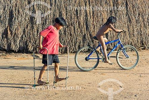 Menino e menina indígenas brincando juntos na aldeia Aiha da tribo Kalapalo - ACRÉSCIMO DE 100% SOBRE O VALOR DE TABELA  - Querência - Mato Grosso (MT) - Brasil