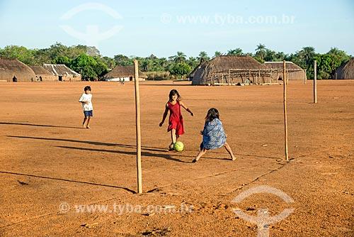 Meninas indígenas jogando futebol na aldeia Aiha da tribo Kalapalo - ACRÉSCIMO DE 100% SOBRE O VALOR DE TABELA  - Querência - Mato Grosso (MT) - Brasil