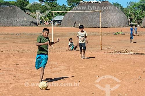 Meninos indígenas jogando futebol na aldeia Aiha da tribo Kalapalo - ACRÉSCIMO DE 100% SOBRE O VALOR DE TABELA  - Querência - Mato Grosso (MT) - Brasil