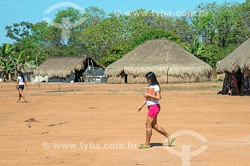Estudantes do ensino médio com uniforme e livros escolares na aldeia Aiha da tribo Kalapalo - ACRÉSCIMO DE 100% SOBRE O VALOR DE TABELA  - Querência - Mato Grosso (MT) - Brasil