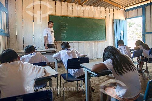 Interior de sala de aula do ensino secundário na aldeia Aiha da tribo Kalapalo com professor indígena - ACRÉSCIMO DE 100% SOBRE O VALOR DE TABELA  - Querência - Mato Grosso (MT) - Brasil