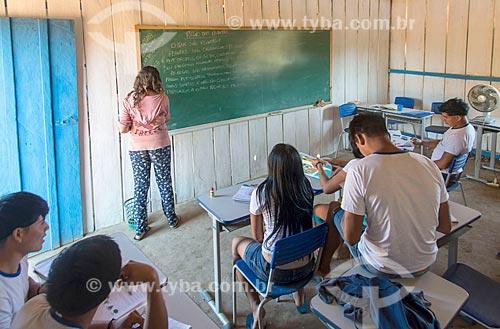 Interior de sala de aula do ensino secundário na aldeia Aiha da tribo Kalapalo com professor não indígena - ACRÉSCIMO DE 100% SOBRE O VALOR DE TABELA  - Querência - Mato Grosso (MT) - Brasil