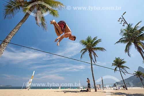Praticante de slackline na orla da Praia de Ipanema com o Morro Dois Irmãos ao fundo  - Rio de Janeiro - Rio de Janeiro (RJ) - Brasil