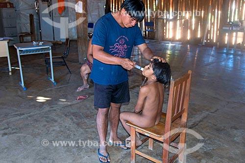 Menino recebendo cuidados médicos no posto de saúde na aldeia Aiha da tribo Kalapalo - ACRÉSCIMO DE 100% SOBRE O VALOR DE TABELA  - Querência - Mato Grosso (MT) - Brasil