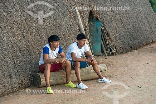 Adolescentes com uniforme escolar na porta da oca na aldeia Aiha da tribo Kalapalo - ACRÉSCIMO DE 100% SOBRE O VALOR DE TABELA  - Querência - Mato Grosso (MT) - Brasil