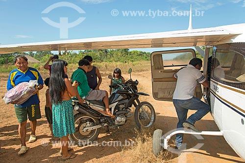 Idoso indígena sendo embarcado no avião da Secretaria Especial de Saúde Indígena (SESAI) na aldeia Aiha da tribo Kalapalo - ACRÉSCIMO DE 100% SOBRE O VALOR DE TABELA  - Querência - Mato Grosso (MT) - Brasil