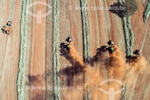 Foto feita com drone da colheita mecanizada de semente de capim  - Uberlândia - Minas Gerais (MG) - Brasil