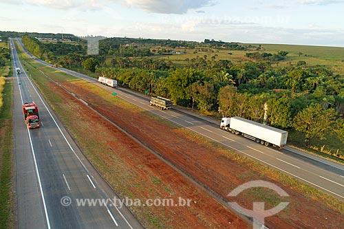 Foto feita com drone da Rodovia Transbrasiliana (BR-153) - também conhecida como Rodovia Belém-Brasília e Rodovia Bernardo Sayão  - Hidrolândia - Goiás (GO) - Brasil