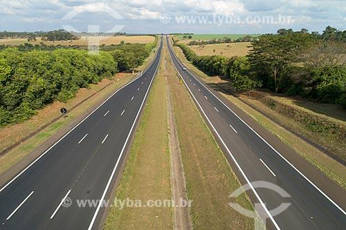 Foto feita com drone de árvores margeando a Rodovia Brigadeiro Faria Lima (SP-326)  - Jaboticabal - São Paulo (SP) - Brasil