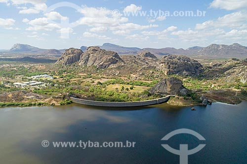 Foto feita com drone do Açude do Cedro com inselbergs do Monumento Natural dos Monólitos de Quixadá  - Quixadá - Ceará (CE) - Brasil