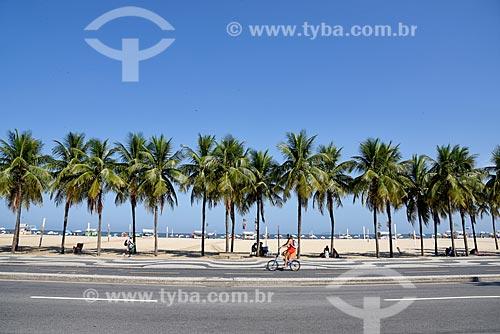Ciclista em ciclovia na orla da Praia de Copacabana - Posto 3  - Rio de Janeiro - Rio de Janeiro (RJ) - Brasil