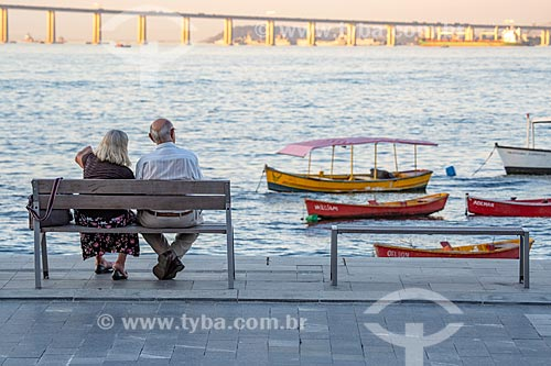 Casal de idosos observando a vista da Baía de Guanabara a partir da Praça XV de Novembro no local conhecido no século XIX como Cais Pharoux  - Rio de Janeiro - Rio de Janeiro (RJ) - Brasil