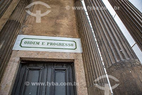 Detalhe de placa acima de porta da Igreja Positivista do Brasil (1897) - também conhecido como Templo da Humanidade - que diz: Ordem e Progresso (lema positivista)  - Rio de Janeiro - Rio de Janeiro (RJ) - Brasil