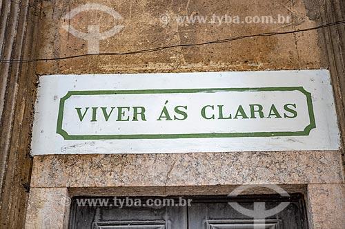 Detalhe de placa acima de porta da Igreja Positivista do Brasil (1897) - também conhecido como Templo da Humanidade - que diz: Viver às claras (moral positivista)  - Rio de Janeiro - Rio de Janeiro (RJ) - Brasil