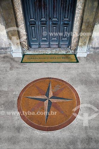 Detalhe de rosa dos ventos na porta da Igreja Positivista do Brasil (1897) - também conhecido como Templo da Humanidade  - Rio de Janeiro - Rio de Janeiro (RJ) - Brasil