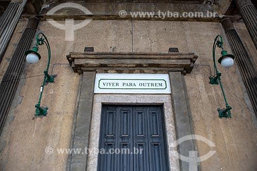 Detalhe de placa acima de porta da Igreja Positivista do Brasil (1897) - também conhecido como Templo da Humanidade - que diz: Viver para outrem (moral positivista)  - Rio de Janeiro - Rio de Janeiro (RJ) - Brasil