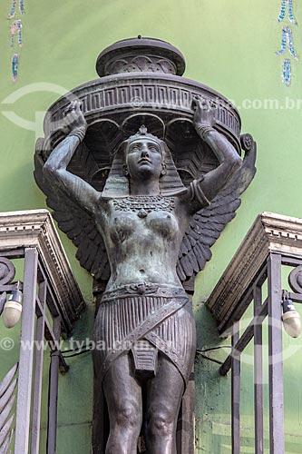 Detalhe de estátua em casario na esquina da Rua do Ouvidor com Rua Miguel Couto  - Rio de Janeiro - Rio de Janeiro (RJ) - Brasil