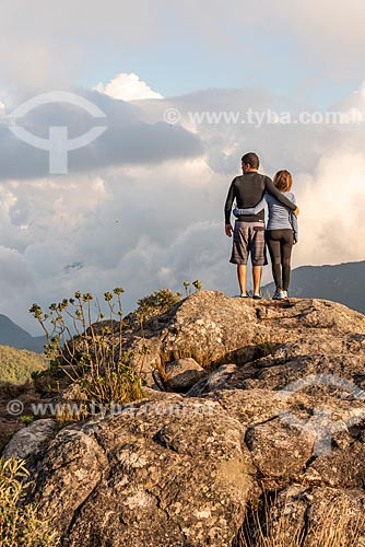 Casal observando a vista no Parque Estadual dos Três Picos  - Teresópolis - Rio de Janeiro (RJ) - Brasil