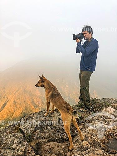 Fotógrafo em trilha no Parque Estadual dos Três Picos  - Teresópolis - Rio de Janeiro (RJ) - Brasil
