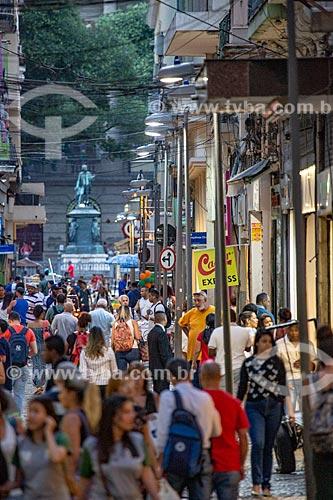 Pedestres na Rua do Ouvidor com a estátua em homenagem à José Bonifácio (1872) no Largo de São Francisco de Paula ao fundo  - Rio de Janeiro - Rio de Janeiro (RJ) - Brasil