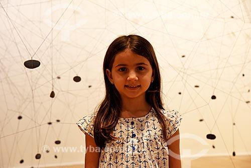 Menina interagindo com exposição Construções Sensíveis: a experiência geométrica latino-americana na coleção Ella Fontanals - Cisneros - no Centro Cultural Banco do Brasil  - Rio de Janeiro - Rio de Janeiro (RJ) - Brasil