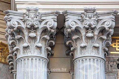 Detalhe de colunas na fachada do Theatro Municipal do Rio de Janeiro (1909)  - Rio de Janeiro - Rio de Janeiro (RJ) - Brasil