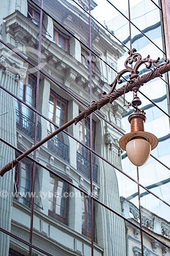 Detalhe de luminária na Rua do Ouvidor com reflexo de prédio em arquitetura neoclássica na fachada de prédio espelhado  - Rio de Janeiro - Rio de Janeiro (RJ) - Brasil