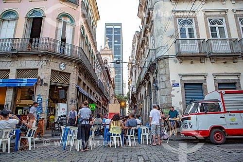 Mesas de bar na esquina da Rua do Ouvidor com a Rua do Mercado  - Rio de Janeiro - Rio de Janeiro (RJ) - Brasil