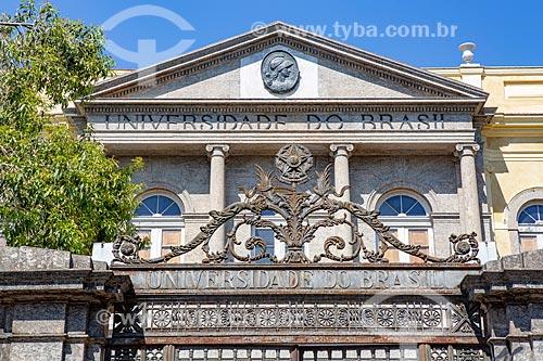 Detalhe do portão de ferro do Campus Praia Vermelha da Universidade Federal do Rio de Janeiro - antiga Universidade do Brasil  - Rio de Janeiro - Rio de Janeiro (RJ) - Brasil