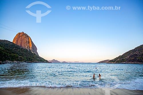 Banhistas na Praia Vermelha com o Pão de Açúcar  - Rio de Janeiro - Rio de Janeiro (RJ) - Brasil