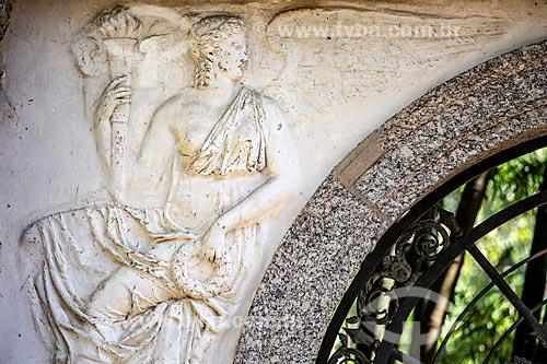 Detalhe de esculturas no pórtico da antiga da Academia Imperial de Belas Artes no Jardim Botânico do Rio de Janeiro  - Rio de Janeiro - Rio de Janeiro (RJ) - Brasil