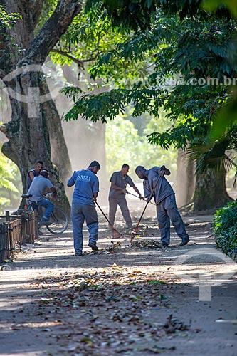 Funcionários do Jardim Botânico do Rio de Janeiro varrendo às folhas secas  - Rio de Janeiro - Rio de Janeiro (RJ) - Brasil