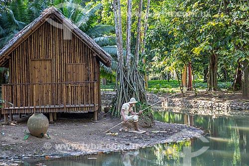 Cabana e estátua representando um caboclo pescando na área que homenageia a Região Amazônica no Jardim Botânico do Rio de Janeiro  - Rio de Janeiro - Rio de Janeiro (RJ) - Brasil