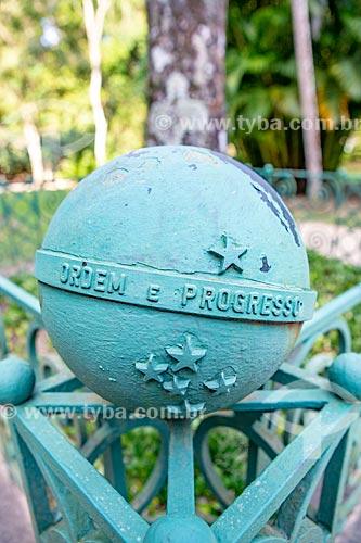 Detalhe de representação do globo azul da bandeira nacional com os dizeres: Ordem e Progresso em cerca do Jardim Botânico do Rio de Janeiro  - Rio de Janeiro - Rio de Janeiro (RJ) - Brasil