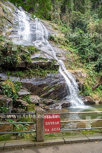 Vista da Cascatinha Taunay no Parque Nacional da Tijuca com placa que diz: proibido entrar na água  - Rio de Janeiro - Rio de Janeiro (RJ) - Brasil