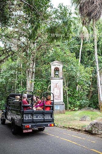Turistas durante o passeio Jeep Tour Floresta da Tijuca próximo ao campanário da Capela Mayrink  - Rio de Janeiro - Rio de Janeiro (RJ) - Brasil