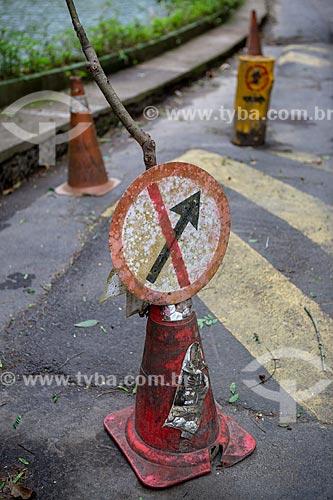 Detalhe de cone de trânsito com sinalização de trânsito indicando proibido seguir à direita próximo ao Açude da Solidão  - Rio de Janeiro - Rio de Janeiro (RJ) - Brasil