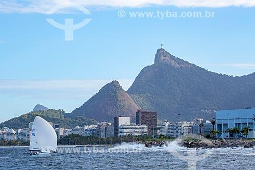 Vista da orla do bairro do Flamengo a partir da Baía de Guanabara com o Cristo Redentor ao fundo  - Rio de Janeiro - Rio de Janeiro (RJ) - Brasil