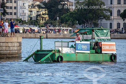 Vista do coboat - barco com equipamentos que coletam os resíduos sólidos flutuantes na água - na Baía de Guanabara  - Rio de Janeiro - Rio de Janeiro (RJ) - Brasil