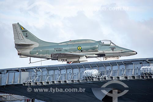 Detalhe do Caça Bombardeiro McDonnell Douglas A-4KU (AF-1) N-1010 no porta-avião NAe São Paulo (A-12) - 1960 - na Baía de Guanabara  - Rio de Janeiro - Rio de Janeiro (RJ) - Brasil