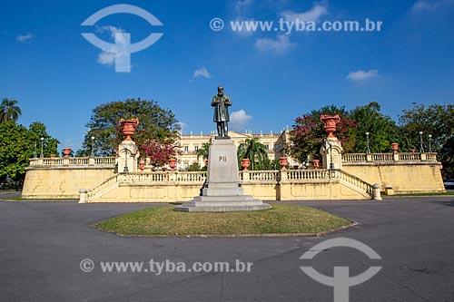 Estátua de Dom Pedro II (1925) com o Museu Nacional - antigo Paço de São Cristóvão - ao fundo no Parque da Quinta da Boa Vista  - Rio de Janeiro - Rio de Janeiro (RJ) - Brasil