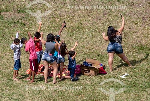 Família fazendo uma selfie durante piquenique no Parque da Quinta da Boa Vista  - Rio de Janeiro - Rio de Janeiro (RJ) - Brasil