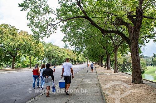 Pessoas andando em alameda do Parque da Quinta da Boa Vista  - Rio de Janeiro - Rio de Janeiro (RJ) - Brasil