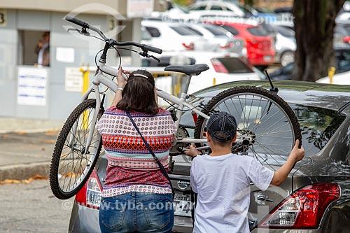 Mãe e filho retirando bicicleta do carro no Parque da Quinta da Boa Vista  - Rio de Janeiro - Rio de Janeiro (RJ) - Brasil