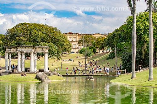 Vista do Templo de Apolo (1910) no lago do Parque da Quinta da Boa Vista com o Museu Nacional - antigo Paço de São Cristóvão - ao fundo  - Rio de Janeiro - Rio de Janeiro (RJ) - Brasil