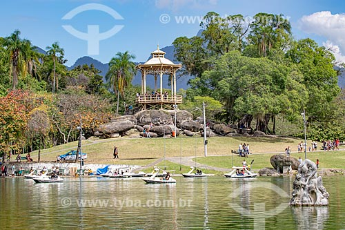 Vista do lago e escultura Canto das Sereias - à direita - no Parque da Quinta da Boa Vista com o coreto - também conhecido como Pagode Chinês - ao fundo  - Rio de Janeiro - Rio de Janeiro (RJ) - Brasil