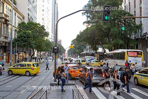 Pedestres atravessando a Avenida Rio Branco  - Rio de Janeiro - Rio de Janeiro (RJ) - Brasil