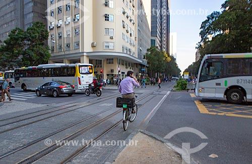 Homem andando de bicicleta e falando ao celular na esquina da Avenida Rio Branco com a Avenida Nilo Peçanha  - Rio de Janeiro - Rio de Janeiro (RJ) - Brasil