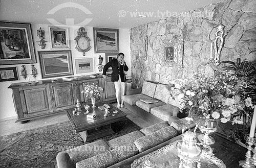 Médico Ivo Pitanguy atendendo ao telefone em sua casa - década de 80  - Rio de Janeiro - Rio de Janeiro (RJ) - Brasil